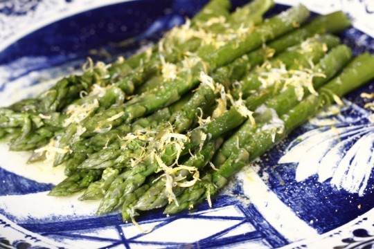 Szparagi z cytryna