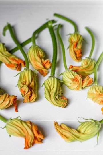 Smażone kwiaty cukinii w cieście