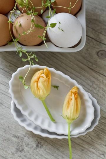Zapiekane jajka z kwiatami cukinii