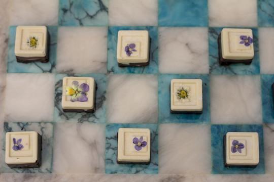 3-kolorowe czekoladki z macierzanką i kwiatkami