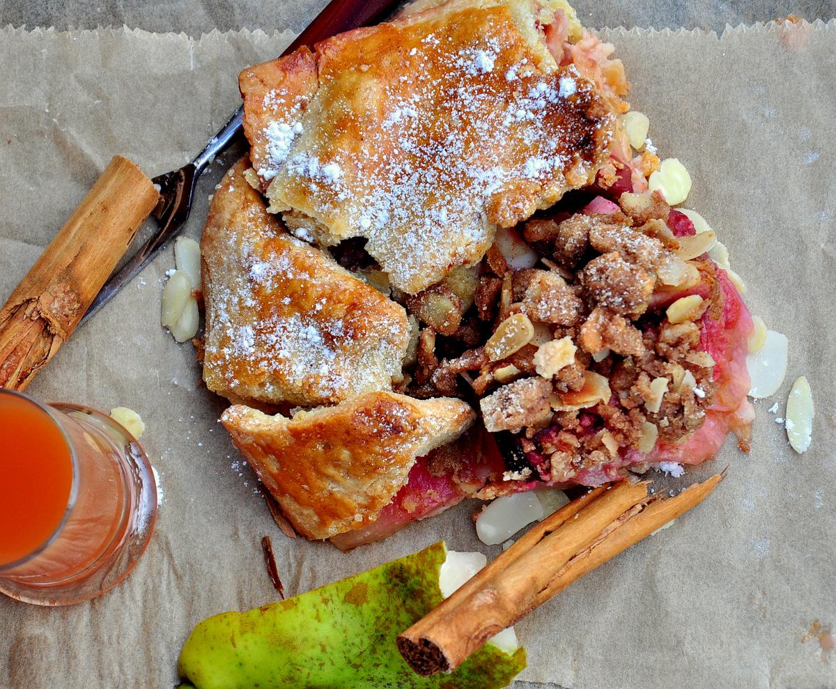 Jesienna tarta z gruszkami i śliwkami z kardamonowo