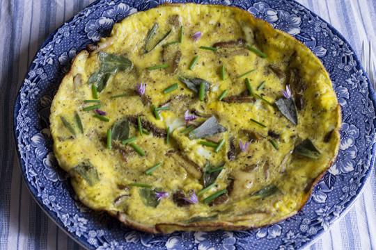 Omlet z maślakami i szałwią