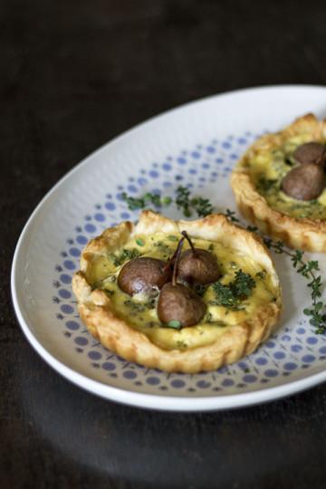 Mini tarta z gruszkami i serem pleśniowym