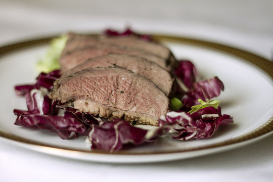 Pierś z gęsi z sosem malinowym na czerwonym winie