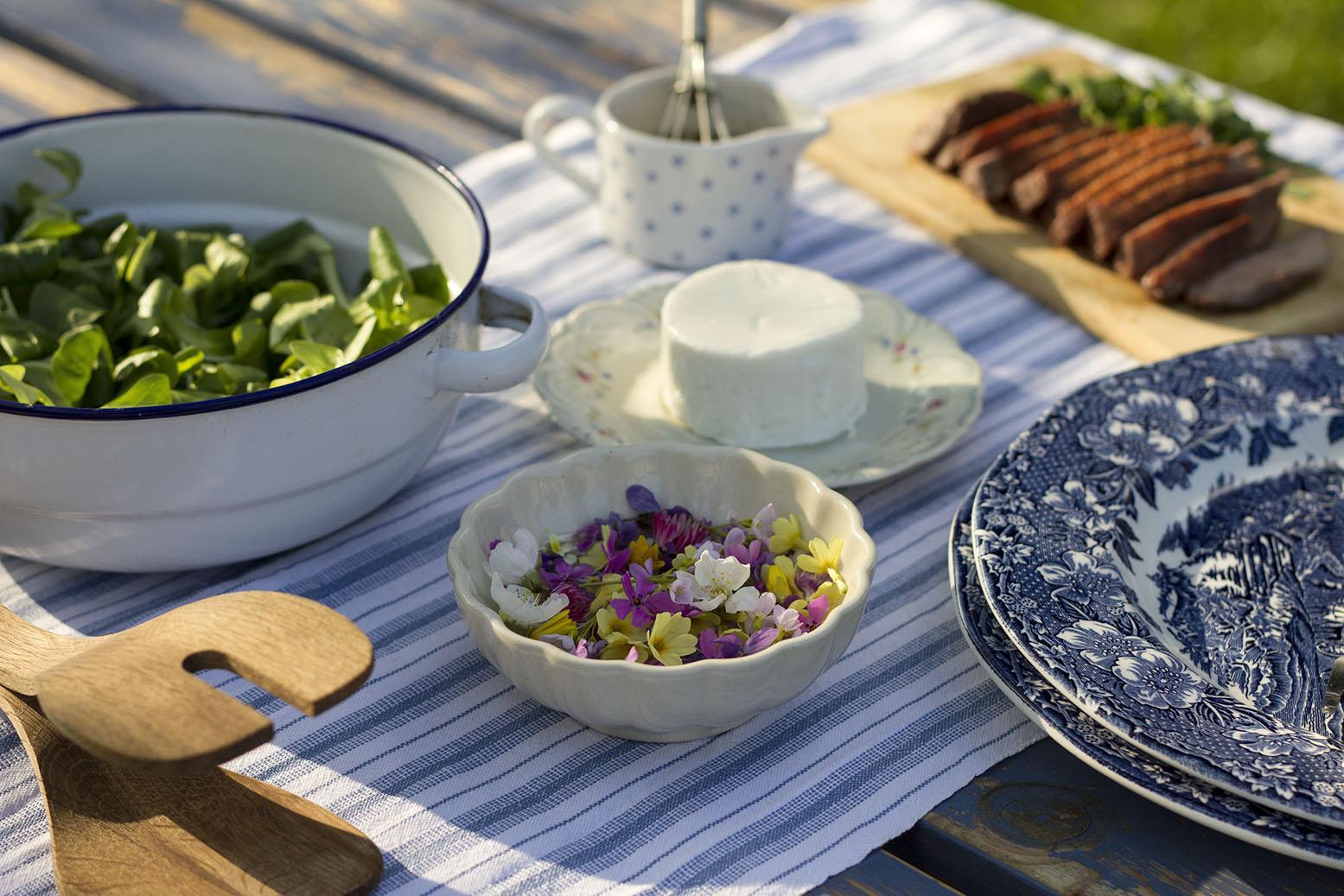 Sałatka z kaczką, kozim serem i kwiatkami