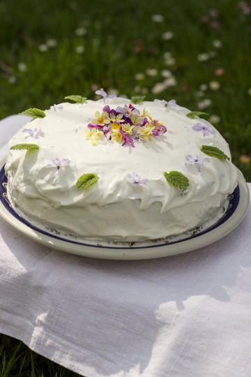 Tort z jabłkami i jadalnymi kwiatkami