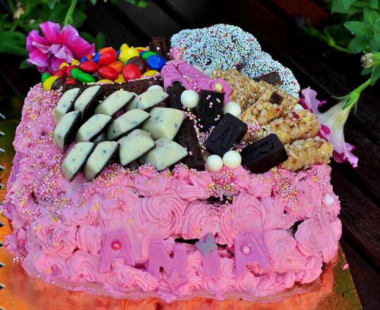 tort czekoladowy z różną i malinami