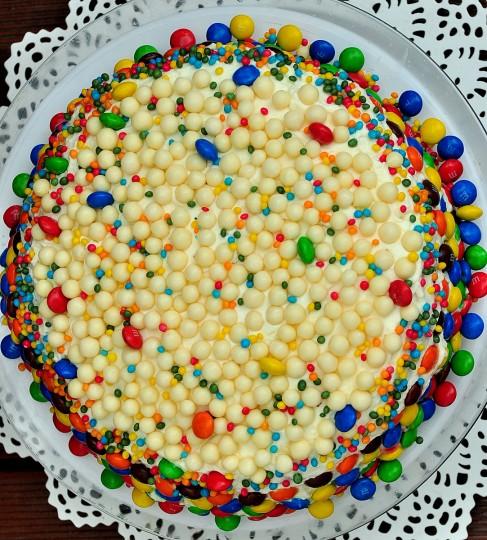 tort z białej czekolady z malinami
