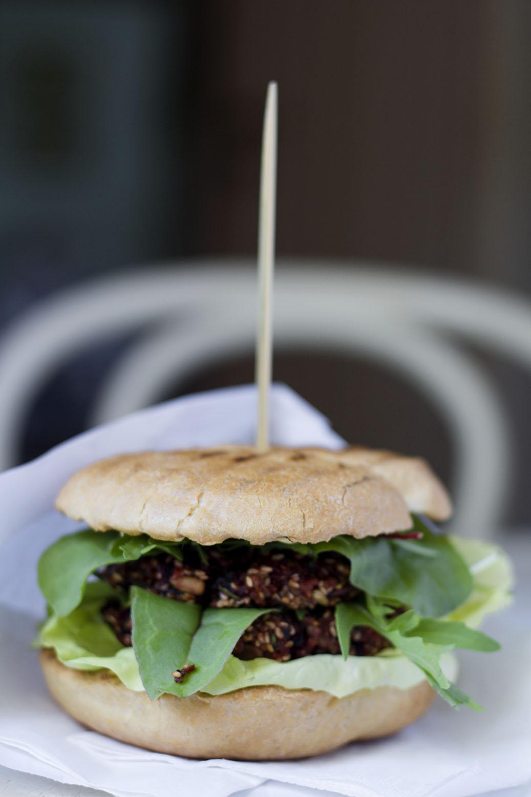 wegańskie burgery z kaszą jaglaną i botwinką