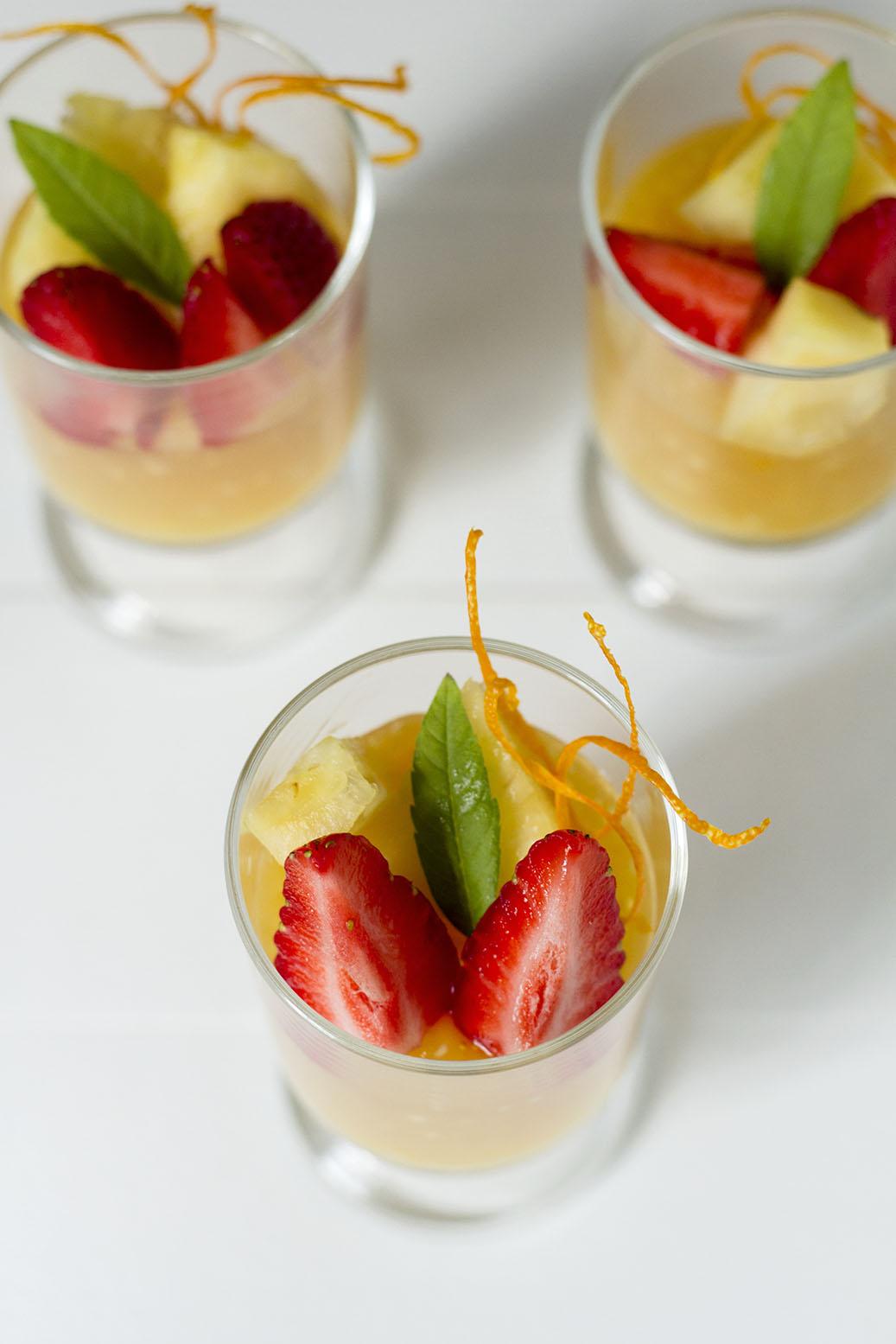 Pomarańczowy deser z tapioki z owocami