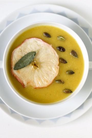 Wegańska zupa z dyni z jabłkiem, porem, szałwią i kuminem
