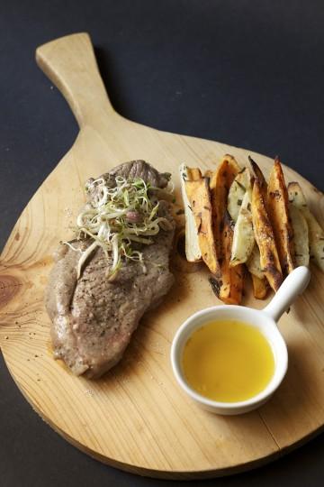 Steki z udźca jagnięcego konfitowane w maśle, rozmarynie i czosnku z frytkami z topinambura i batatów