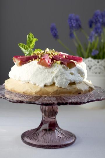 Biała pavlova bez cukru z rabarbarem i pistacjami
