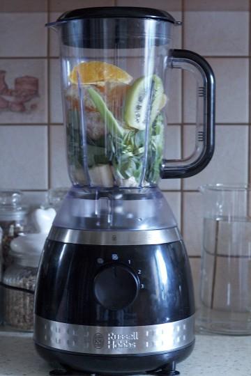 Zielony koktajl z roszponki, kiwi, banana, pomarańczy i selera naciowego