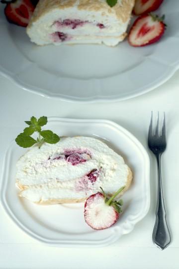Rolada bezowa z mascarpone i truskawkami