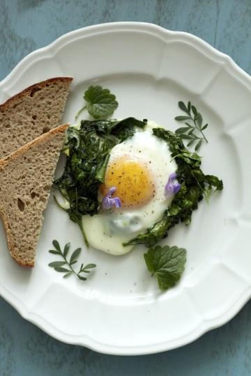 Jajka sadzone na lebiodzie