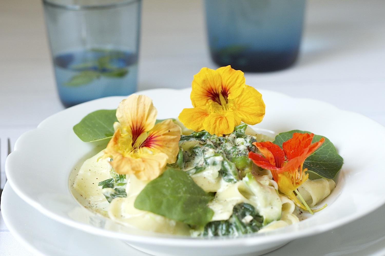 Makaron ze szpinakiem, cukinią, serem pleśniowym z nasturcją - Gotujmy Zdrowo - mniej soli