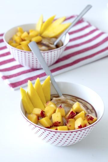 Owsianka gryczana z nektarynką i mango