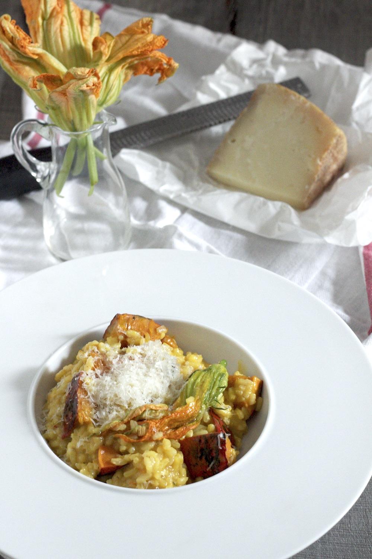 Szafranowe risotto z pieczoną dynią i kwiatami cukinii
