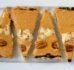 Wegańska tarta z suszonymi śliwkami i masłem orzechowym (bez cukru)