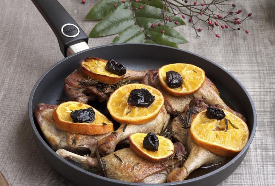 Udka z kaczki pieczone z rozmarynem, pomarańczami i śliwkami