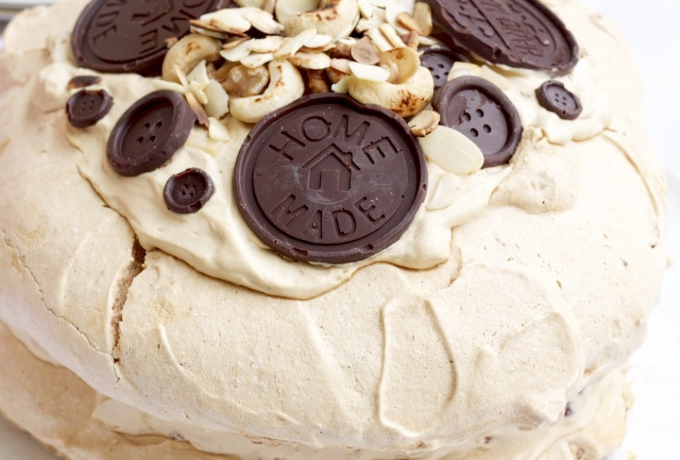 Kawowy tort bezowy z orzechami