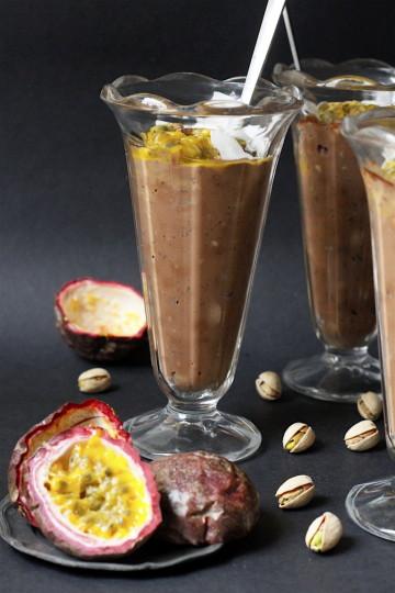 Czekoladowy pudding z tapioki z marakują i pistacjami