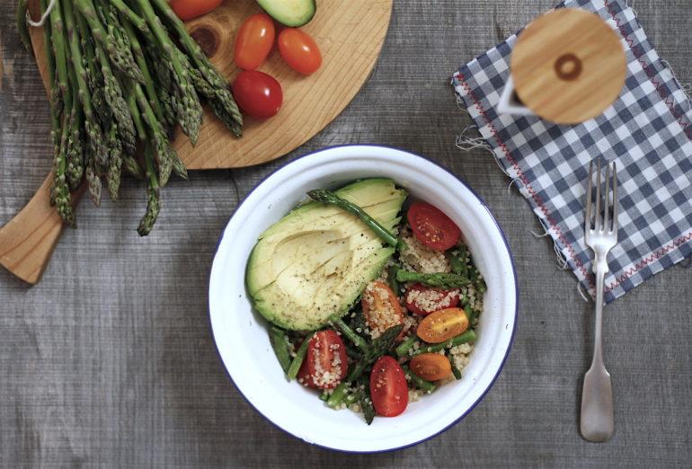 salatka z quinoa awokado i szparagami1