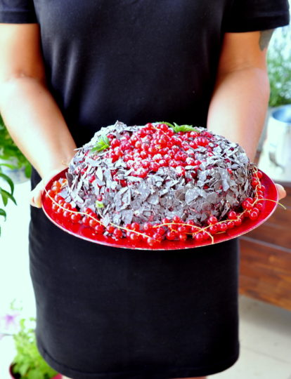 ciasto czekoladowe z porzeczkami i malinami