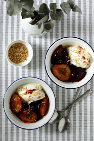 Śliwki karmelizowane z rozmarynem z jogurtem greckim i prażonym lnem