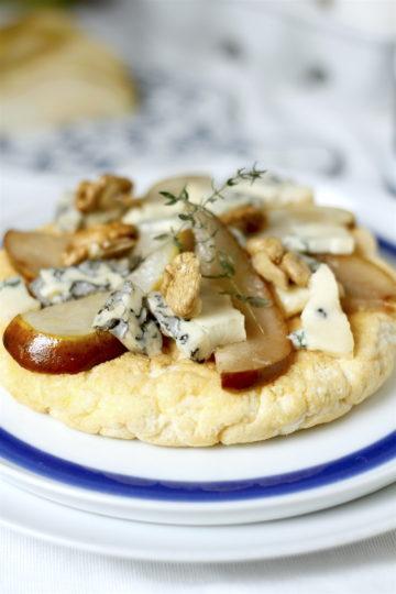 Puszysty omlet z gruszkami, serem pleśniowym i orzechami