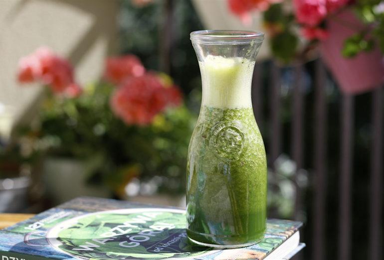 Zielony koktajl z liści kalarepy, nektarynki i soku z pomarańczy