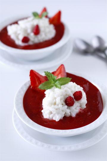Ryż na mleku kokosowym (kokosowy pudding ryżowy) z truskawkami