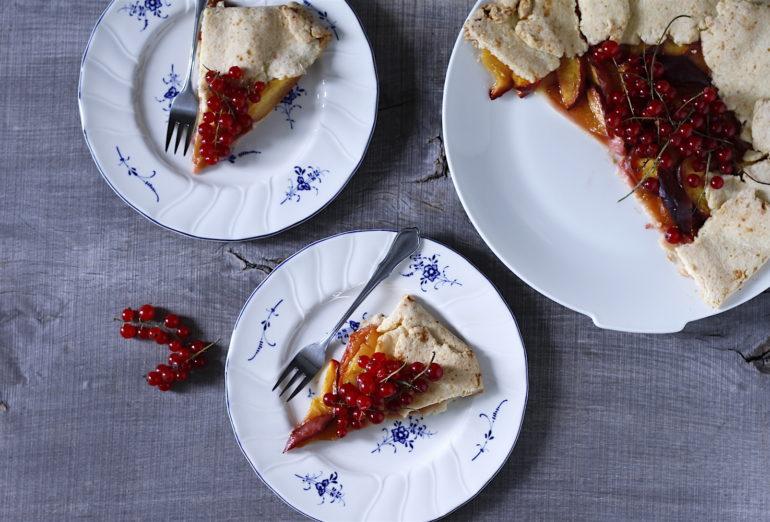 Rustykalna tarta z nektarynkami, porzeczkami i rokitnikiem