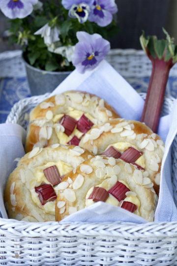 Drożdżówki z serem, rabarbarem i migdałami