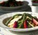 Sałatka ze szparagami, truskawkami, pesto z pokrzywy i grillowanym serem