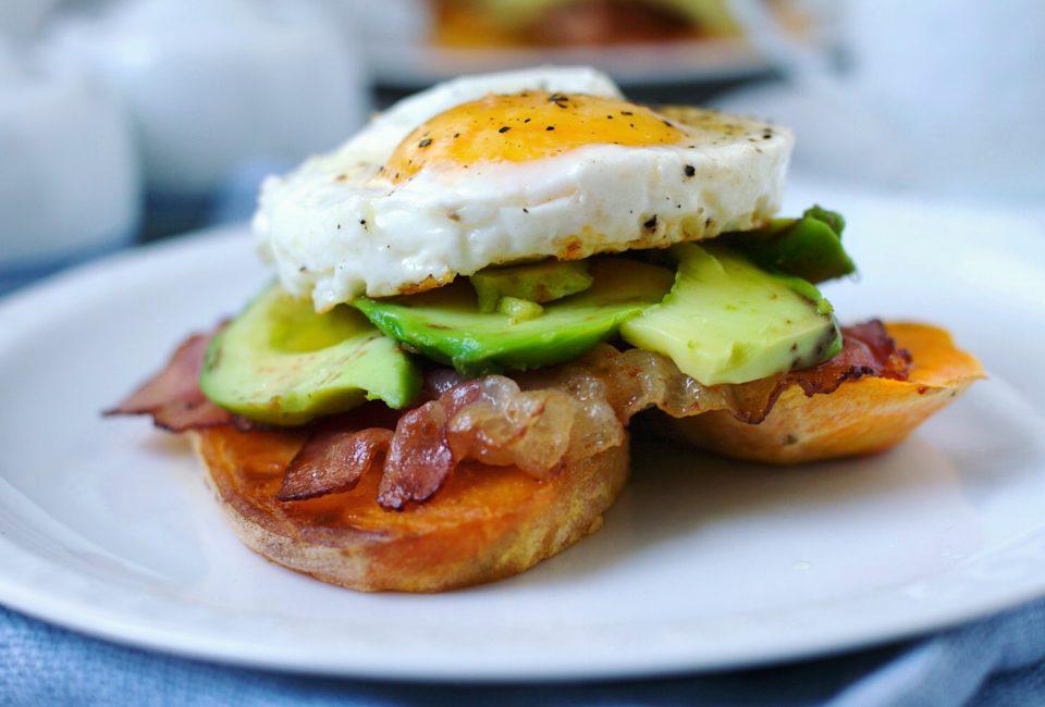 tosty z batatów z jajkiem sadzonym i awokado