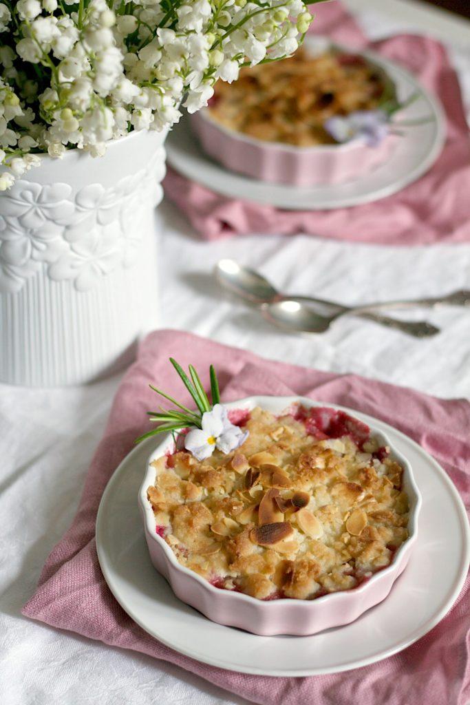 bezglutenowe crumble z rabarbarem i rozmarynem